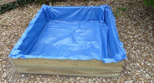 Recouvrir la tranche des planches de terrasse avec la bâche