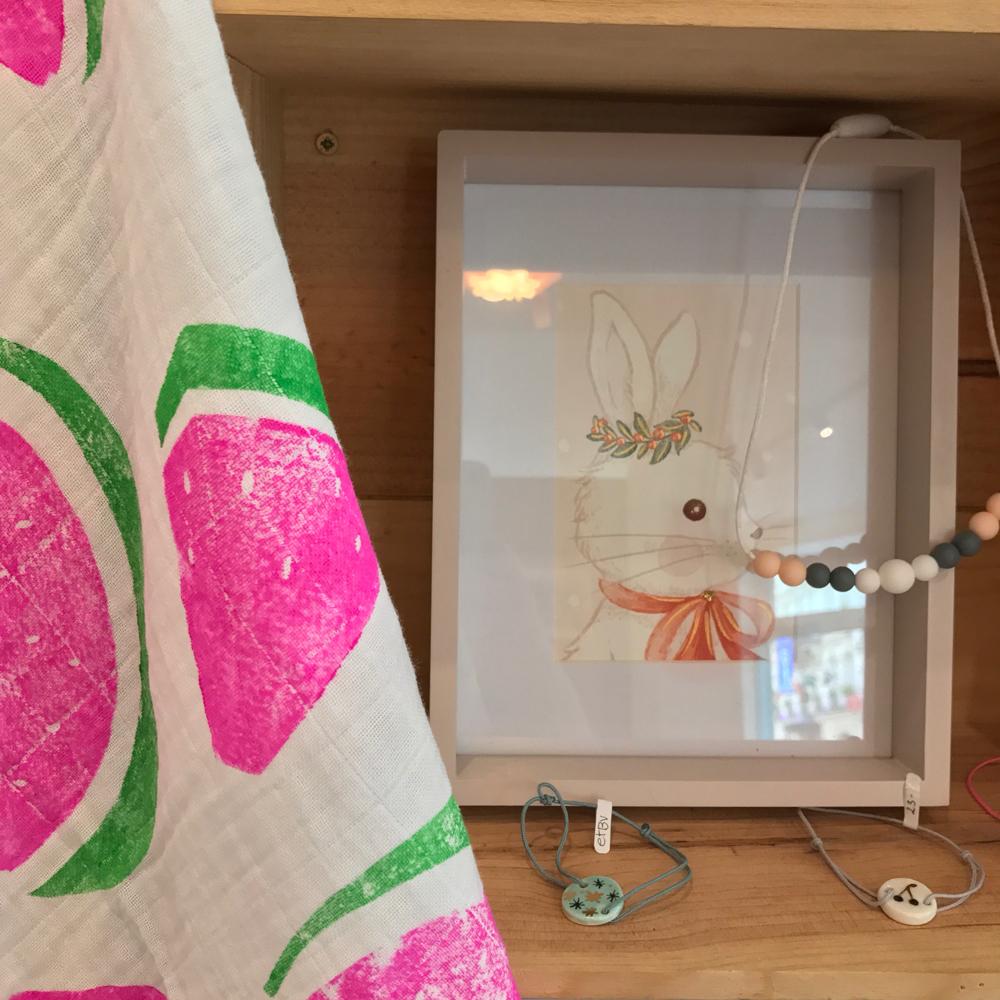 Lange pour bébé pastèque, illustration de Belle Pivoine, collier Minty Wendy et bracelets en porcelaine de Natacha Plano