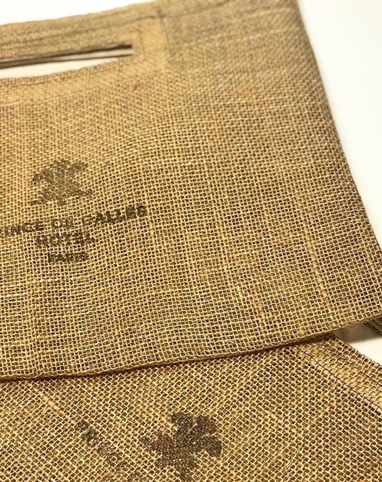 Les sacs en toile de jute tamponnés du logo de l'Hotel Prince de Galle