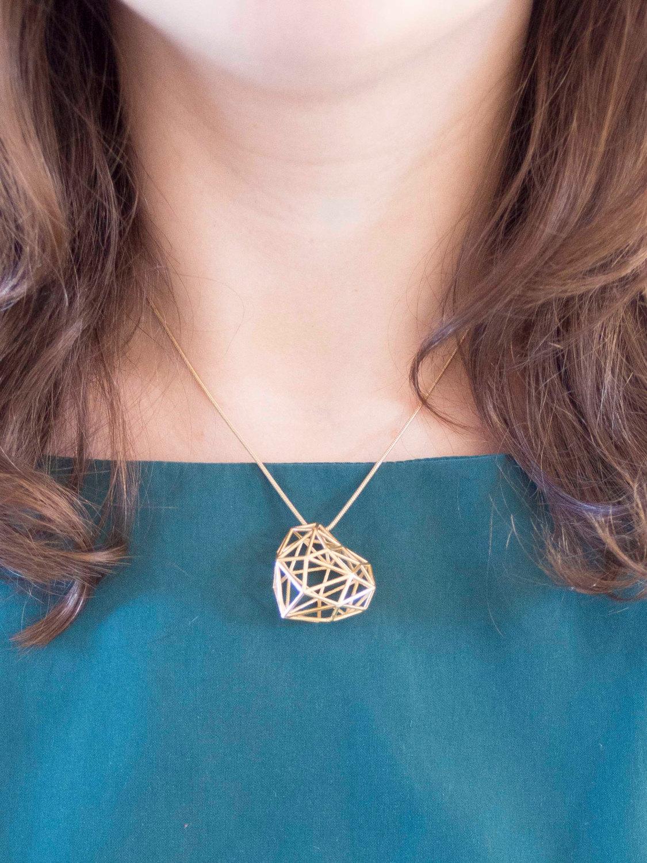 Ce collier est fait d'une 18 k plaqué or 3D imprimé coeur pendentif et collier.